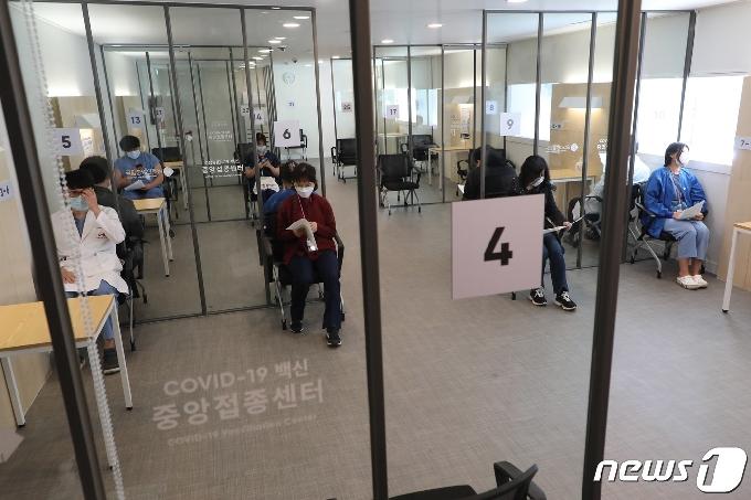 [사진] 접종 후 관찰실에서 대기하는 의료진들