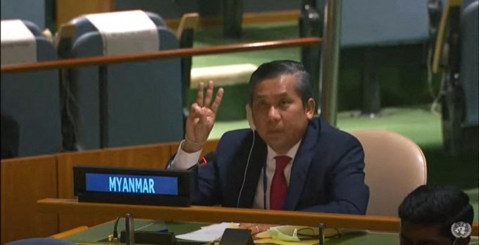 초 모에 툰 유엔 주재 미얀마 대사가 26일(현지시간) 유엔총회에서 세 손가락 경례를 하고 있다./사진=AFP