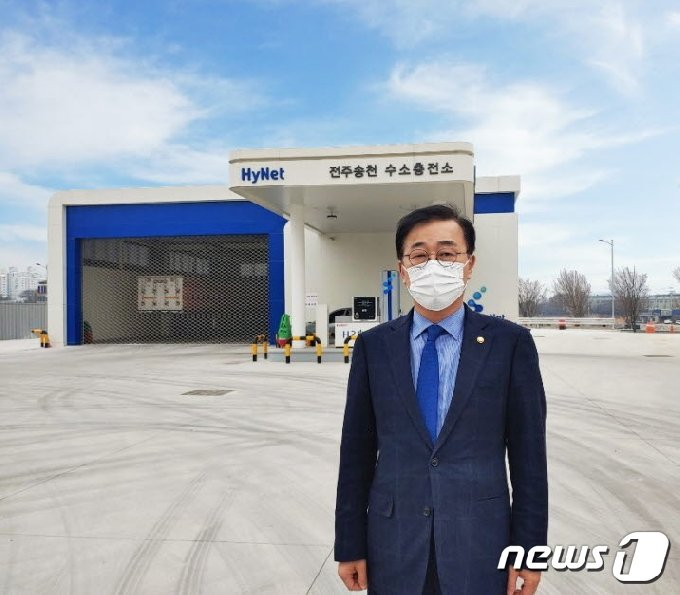 수소전기 상용차의 연료보조금을 지원할 수 있는 법적 근거가 마련됐다.  사진은 법안을 대표발의한 김윤덕 민주당 국회의원..2021.2.28/뉴스1