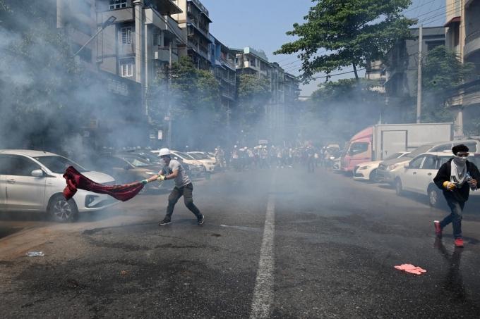시위대에 총 겨눈 미얀마 군부…4명 피격 사망