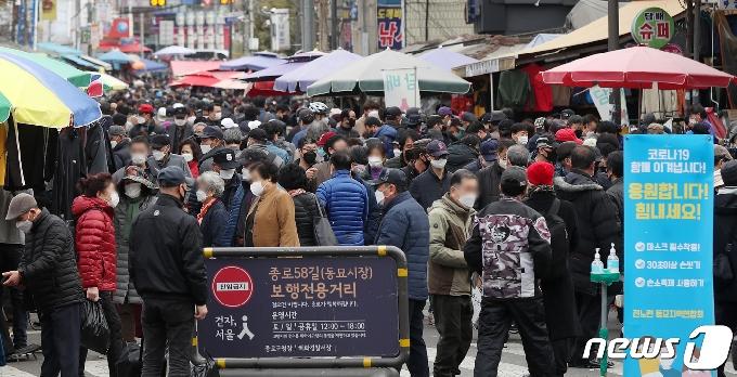 [사진] 현행 거리두기 2주 유지 '생활 속 거리두기 참여를'