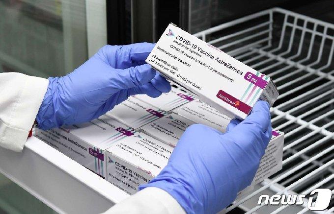 25일 오후 대전 중구 문화동 중구보건소에서 방역 관계자가 보관 중인 아스트라제네카(AZ) 백신을 확인하고 있다. (대전 중구 제공) 2021.2.25/뉴스1 © News1 김기태