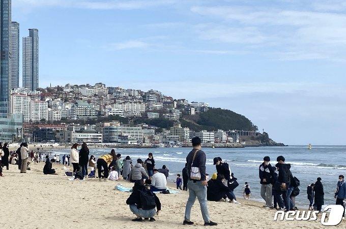 부산 해운대해수욕장을 찾은 시민들이 휴식을 취하고 있다.2021.2.28/© 뉴스1 박세진 기자 © 뉴스1