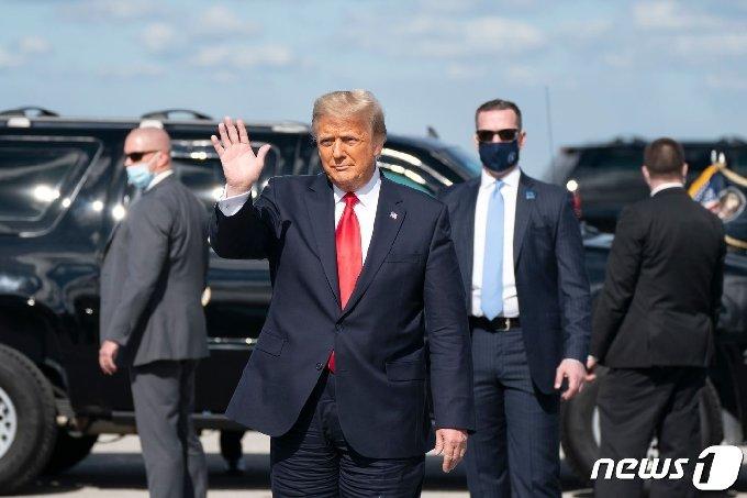 도널드 트럼프 미국 대통령이 플로리다주 웨스트 팜비치에 있는 팜비치 국제공항에 도착해 지지자들에게 손을 흔들고 있다. © AFP=뉴스1 © News1 우동명 기자