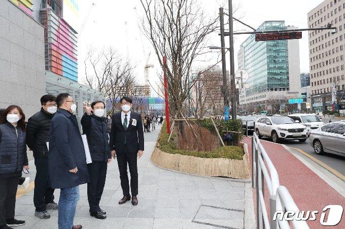 [사진] 채현일 영등포구청장 '더현대 서울 주변 점검'
