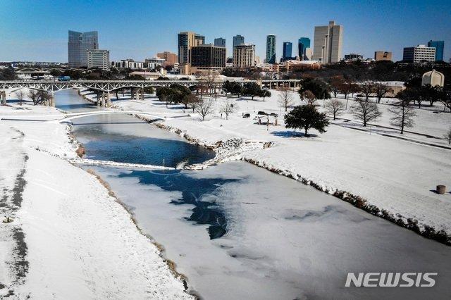 지난 2월15일(현지시간) 미국 텍사스주 포트워스의 트리니티 강이 거의 얼어붙었다 /AP=뉴시스