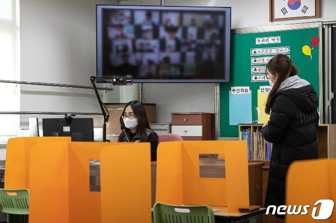 서울의 한 초등학교 교실에서 교사들이 수업 준비를 하는 모습./뉴스1 © News1 이승배 기자