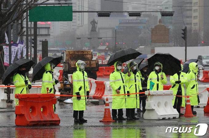 [사진] 보수단체 3.1절 집회에 철통 경계 펼치는 경찰