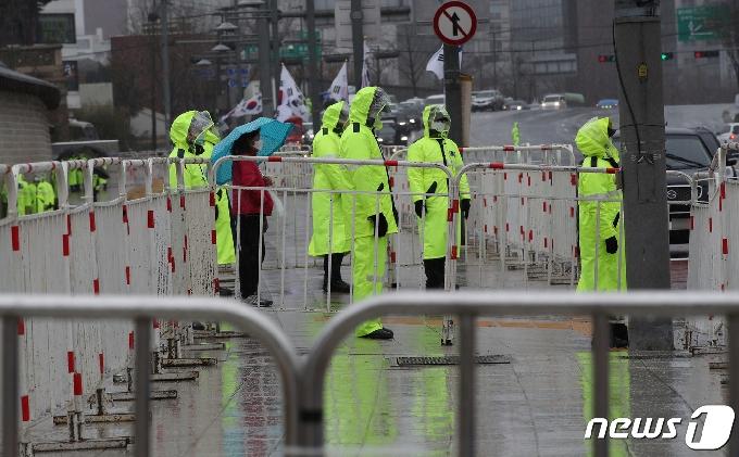 [사진] 보수단체 집회에 비 맞으며 근무하는 경찰들