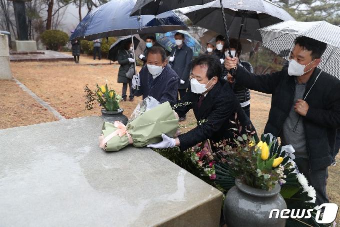 [사진] 손병희 선생 묘소 참배하는 박겸수 강북구청장