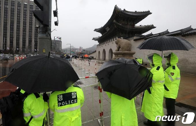 [사진] 보수단체 집회 지켜보는 경찰