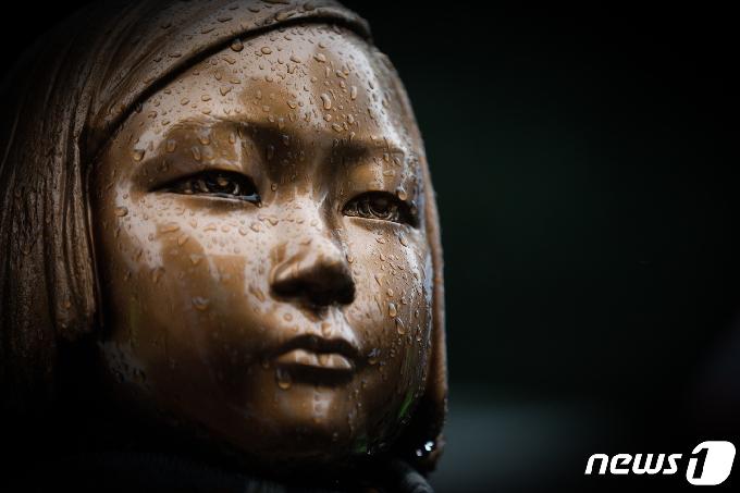 [사진] 빗물 속 소녀상