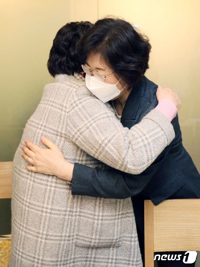 [사진] 이용수 할머니 꼭 껴안은 정영애 여가부 장관