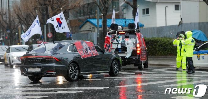 [사진] 文 규탄 현수막 붙인 채 차량시위