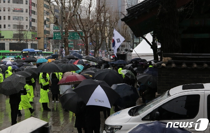 [사진] 삼일문 앞 도심 집회로 '북적'