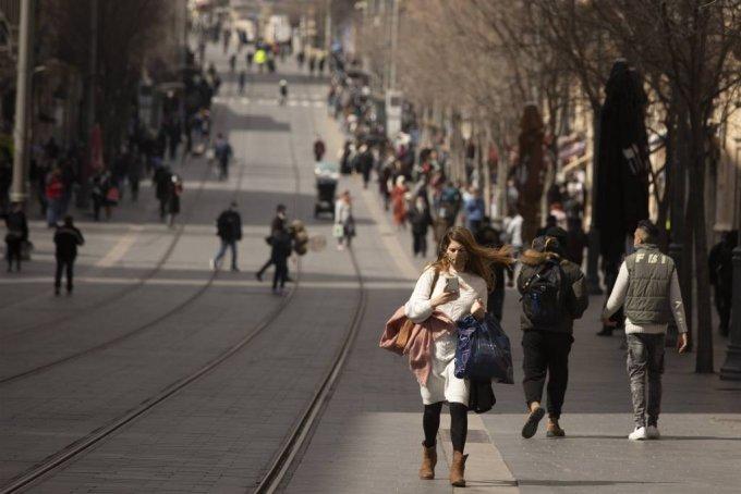 지난달 23일(현지시간) 이스라엘 예루살렘에서 쇼핑백을 든 한 여성이 거리를 걷고 있다. 인구 대비 백신 보급 속도가 가장 빠른 이스라엘은 쇼핑센터, 체육관, 이발소 등 상업·공공 시설의 조업을 재개하고 2차 백신 접종을 마친 시민에게는 '그린 패스'를 발급해 헬스장, 수영장, 공연 등을 이용할 수 있는 권한도 부여했다. /사진=[예루살렘=AP/뉴시스]