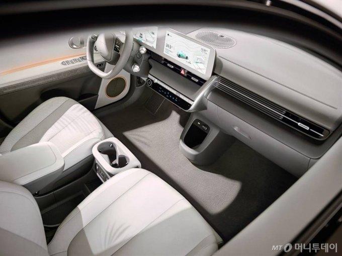 [서울=뉴시스]현대자동차는 23일 온라인으로 '아이오닉 5 세계 최초 공개' 행사를 진행했다. 현대차는 아이오닉 5에 세계 최고 수준의 현대차그룹 전기차 전용 플랫폼인 E-GMP(Electric-Global Modular Platform)를 최초로 적용하고 고객들이 자신만의 라이프 스타일에 맞춰 차량의 인테리어 부품과 하드웨어 기기, 상품 콘텐츠 등을 구성할 수 있는 고객 경험 전략 '스타일 셋 프리(Style Set Free)'를 반영해 전용 전기차만의 가치를 극대화했다. (사진=현대자동차 제공) 2021.02.23. photo@newsis.com