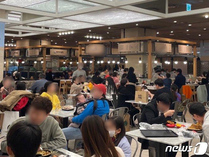 연휴 마지막 날인 1일 오후 부산 해운대구 센텀시티 신세계백화점 지하 1층 식당가가 시민들로 북적인다.2021.3.1/ © 뉴스1 이유진 기자