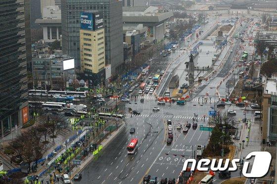102주년 3·1절인 1일 보수단체들의 집회가 열린 서울 종로구 세종대로 일대에서 경찰이 철제 펜스를 설치한 뒤 경계근무를 하고 있다.  / 사진 = 뉴스1