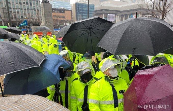 1일 오전 종로구 광화문교보빌딩 앞에서 시위 참가자들과 경찰이 대치하고 있다. / 사진 = 오진영 기자