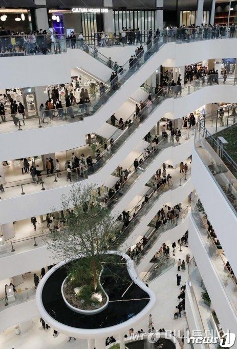 연휴인 1일 오후 서울 여의도 '더현대 서울'이 쇼핑을 즐기는 시민들로 붐비고 있다. 방역당국은 수도권 2단계, 비수도권 1.5단계인 사회적 거리두기를 이날부터 14일까지 2주간 추가로 연장했다./사진제공=뉴스1