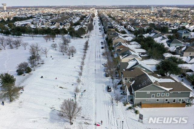 지난 2월15일(현지시간) 눈에 쌓인 미국 텍사스주 오스틴 주택가. 텍사스주가 30년만의 한파로 알래스카보다 더 낮은 온도를 기록하면서 겨울폭풍 경보가 발효됐다. /AP=뉴시스