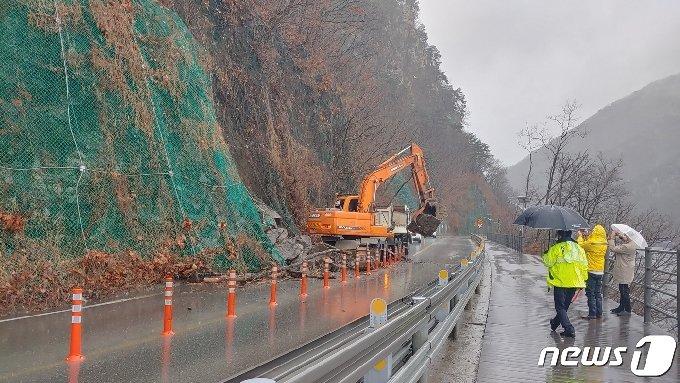 1일 강원 춘천 의암댐 피암터널 인근에 낙석이 발생해 차량통행이 제한됐다.(춘천시 제공)© 뉴스1