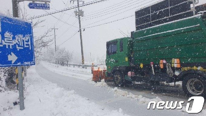 강원지역에 많은 눈이 내린 1일 강원 고성군에서 제설작업이 실시되고 있다.(고성군 제공)2021.3.1/뉴스1 © News1 이종재 기자