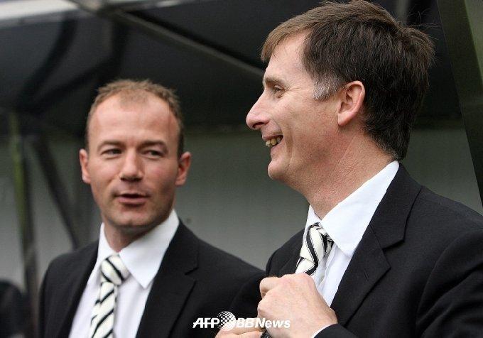 2006년 앨런 시어러와 이야기를 나누고 있는 故 글렌 로더의 모습. /AFPBBNews=뉴스1