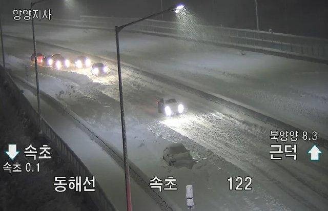 지난 1일 속초IC 인근 속초방향 갓길에 한 차량이 눈이 쌓인 도로가에 세워져 있다. /사진=뉴시스, 고속도로CCTV 캡쳐