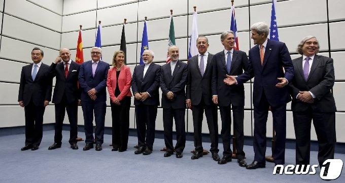P5+1(미국, 영국, 프랑스, 중국, 러시아의 핵보유 5개국+독일)과 이란 장관들과 관리들이 비엔나에 있는 유엔 건물에서 단체 사진을 찍기위해 포즈를 취하고 있다. © 로이터=뉴스1 © News1 원태성 기자