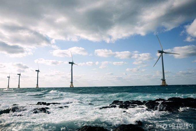 제주 탐라해상풍력발전단지. 풍력발전은 태양광과 함께 그린수소의 가장 유력한 에너지원이다. /사진 제공=탐라해상풍력발전 / 사진제공=탐라해상풍력발전
