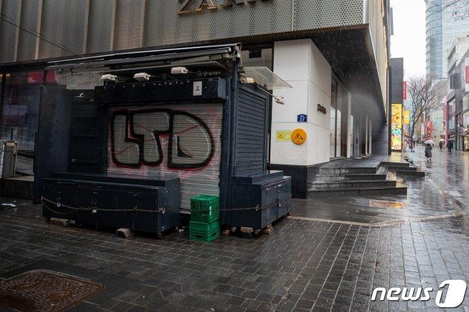 삼일절인 1일 서울 명동거리가 코로나19 확산 여파로 한산하다.  /사진=뉴스1