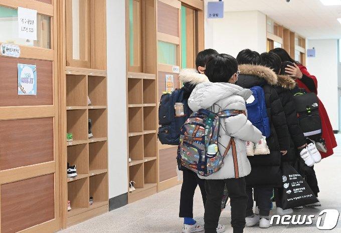 2일 서울 강동구 강빛초중이음학교에서 초등학생들이 교실로 입실하고 있다.  © News1 사진공동취재단