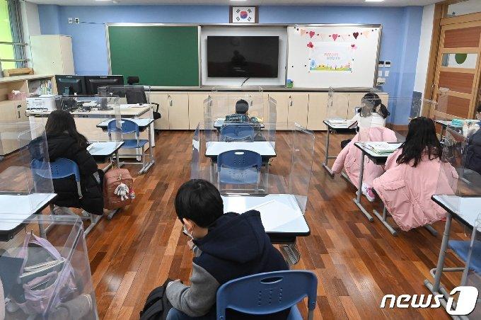 새학년 개학날인 2일 오전 서울 강동구 강빛초중이음학교에서 학생들이 교실에 앉아 있다. 2021.3.2/뉴스1 © News1 사진공동취재단