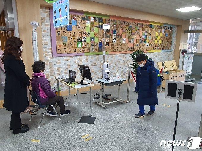 2일 오전 8시 부산 동래구 내성초등학교 학생이 발열체크를 거친 채 교실에 들어가고 있다.2021.3.2 © 뉴스1 노경민 기자