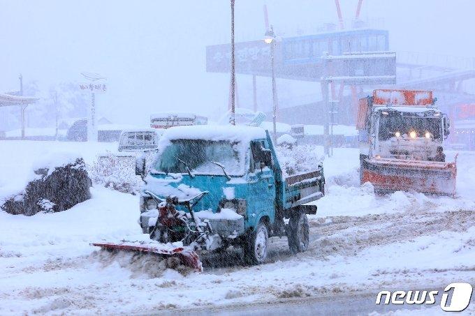 3.1절 연휴 마지막 날인 1일 강원지역에 많은 눈이 내린 가운데 인제군이 제설작업을 진행하고 있다.(인제군 제공)2021.3.1/뉴스1 © News1 이종재 기자