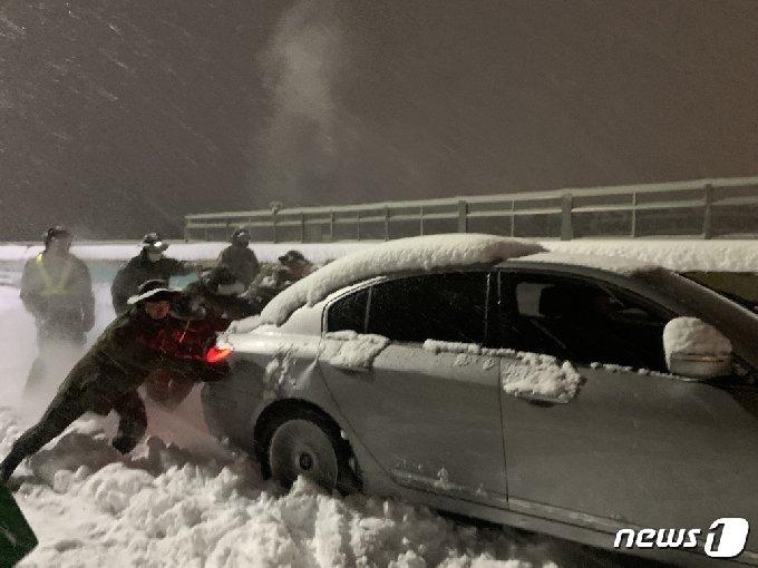 2일 새벽 서울양양고속도로에서 8군단과 102기갑여단 장병들이 눈 속 고립된 승용차를 이동시키고 있다.(8군단 제공) 2021.03.02/뉴스1