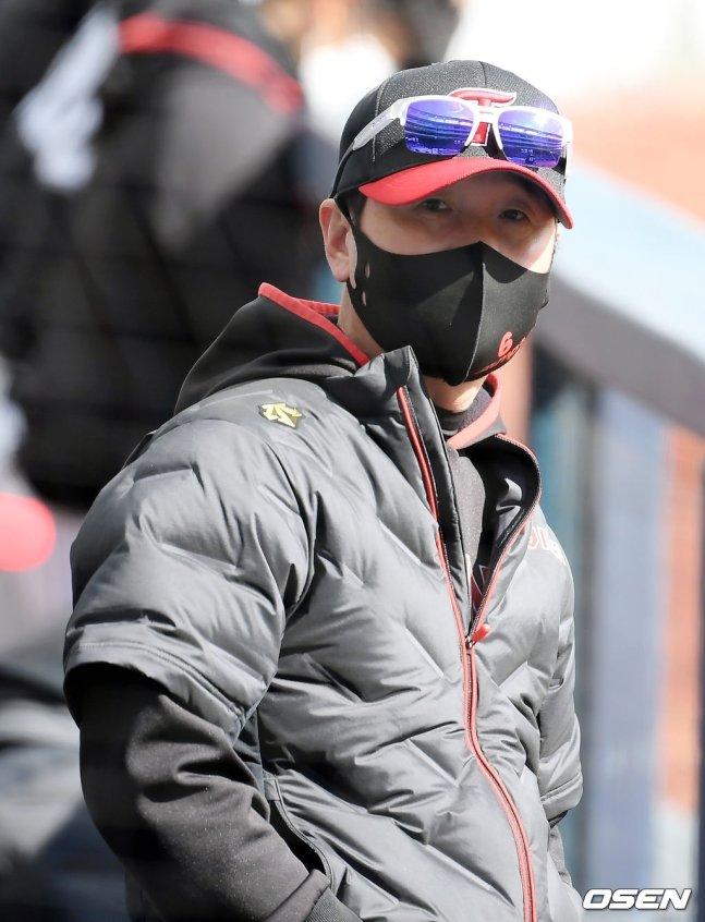 2일 연습경기에 임하고 있는 류지현 LG 감독.