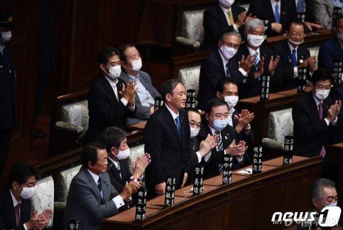 (도쿄 AFP=뉴스1) 우동명 기자 = 스가 요시히데 일본 신임 총리가 16일(현지시간) 도쿄 중의원 본회의에서 총리로 선출된 뒤 의원들의 박수를 받고 있다.  ⓒ AFP=뉴스1