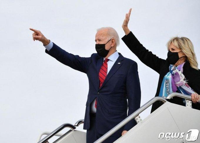 (워싱턴 AFP=뉴스1) 우동명 기자 = 조 바이든 미국 대통령과 부인 질 바이든 여사가 27일(현지시간) 델라웨어주 윌밍턴에서 주말을 보내기 위해 워싱턴 인근 앤드루스 공군기지서 전용기를 타고 있다.  ⓒ AFP=뉴스1