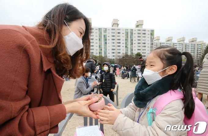 지난 2일 오전 대전 서구 둔산초등학교에서 열린 입학식에서 1학년 신입생이 부모에게 화분을 선물하고 있다./뉴스1 © News1 김기태 기자