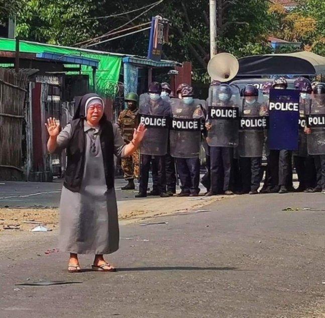 안 로사 누 타웅 수녀가 무장한 경찰들 앞에서 울음을 터트리며 시위대에 사격을 하지 말아달라고 호소하고 있다./사진=찰스 마웅 보 추기경 트위터 갈무리