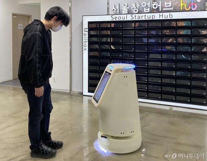 제타뱅크의 인공지능 방역·안내로봇/사진제공=서울창업허브