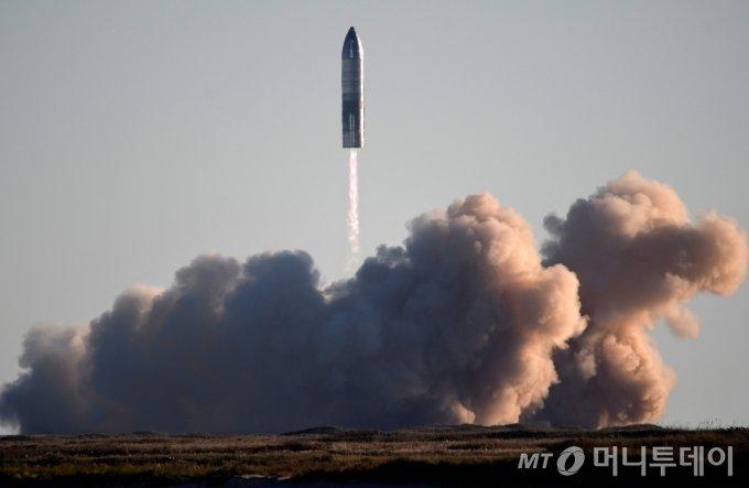 """스페이스X가 개발 중인 화성 유인우주선 '스타십'의 시제품 SN8이 9일(현지시간) 텍사스주 보카치카에서 시험비행 후 착륙하던 중 폭발하고 있다. 이 로켓은 발사대에서 목표 고도 12.5㎞까지 성공적으로 발사됐으나 지상으로 돌아오는 과정에서 폭발이 일어났다. 일론 머스크 스페이스X 창업자 겸 CEO는 사고 직후 트위터를 통해 """"이번 시험을 통해 우리가 필요한 모든 데이터를 획득했다""""며 """"화성, 우리가 간다""""고 했다. /보카치카(미국) 로이터=뉴스1 / 사진제공=로이터 뉴스1"""