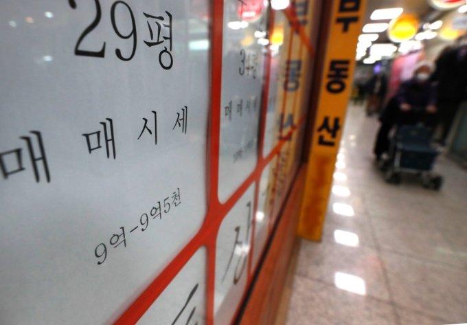 서울의 한 아파트 단지 내 부동산 중개업소에 매물 안내문이 붙어있다. /사진제공=뉴스1