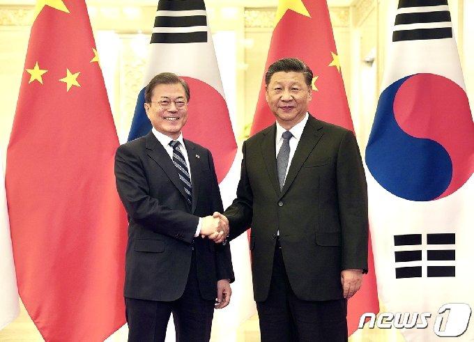 문재인 대통령과 시진핑 중국 국가주석이 23일 중국 베이징 인민대회당에서 정상회담 전 악수하고 있다. (청와대 제공) 2019.12.24/뉴스1
