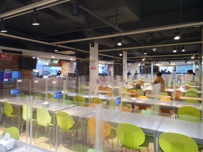 3일 서울 성북구 한성대학교 구내식당 모습. 코로나19 예방을 위해 매장 내 취식이 금지됐다./사진=한민선 기자