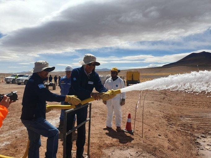 최정우 회장이 2019년 10월 19일 아르헨티나 옴브레 무에르토 염호 리튬 추출 데모플랜트 건설 현장을 방문해 지하 염수 추출 시현을 하고 있다./사진제공=포스코