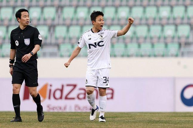 서울 이랜드 장윤호(오른쪽).  /사진=한국프로축구연맹